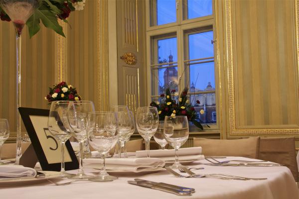 kieliszki na stołach