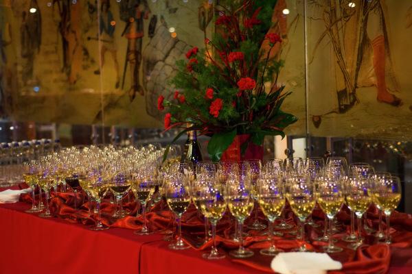 stół z alkoholem