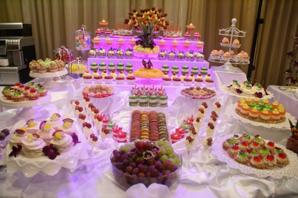 stół ze słodkimi przekąskami