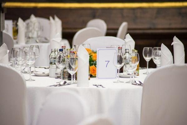 stolik podczas przyjęcia